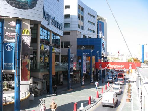Der Bay Street Shopping Complex - dieses Einkauf-/Unterhaltungszentrum hat bis um 10 Uhr nachts geöffnet - andere Geschäfte machen in Malta breits um 7 Uhr zu.