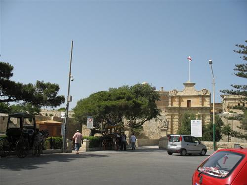 Vor dem Eingangstor von Mdina.