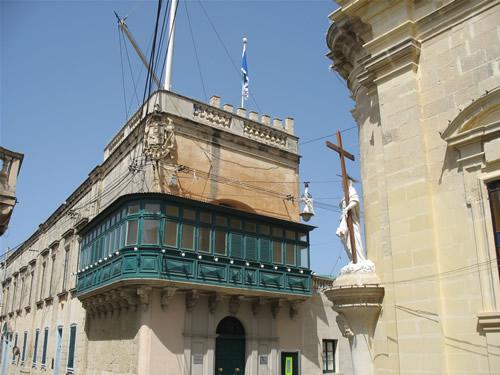 Schöner traditioneller Balkon an einem Wohnhaus in Rabat, Malta.