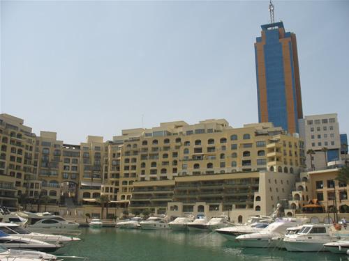 Yacht Hafen im Zentrum des Portomaso Wohncomplexes. Der Portomaso Tower (Hilton Tower) steht im Hintergrund!