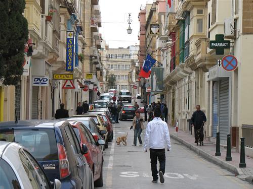 In den Seitengassen von Sliema - neben der Maltesischen Flagge hängt die Flagge der Europäischen Union