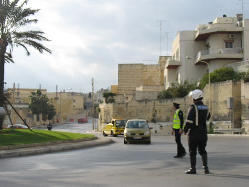 Die Straßenknotenpunkte in Malta werden an den Parlamentswahlen (08. März 2008) von der Polizei gesichert