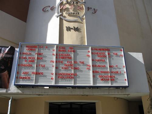 Die alte Kinotafel vor dem Eden Cinema - mittlerweile wurde alles technologisiert. Dabei hat die alte Tafel ein schönes Flair vermittelt.