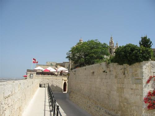 Auf den Befestigungsmauern von der Citadelle in Mdina.