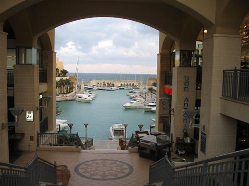 In der Mitte liegt der Portomaso Yach-Hafen. Rechts und links haben sich verschiedene Restaurants angesiedelt - für die gehobene Klasse.