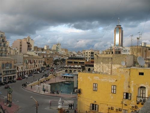 Spinola Bay mit dem Portomaso Tower im Hintergrund - Maltas einziger Wolkenkratzer