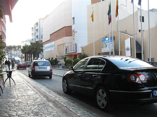Eden Cinema befindet sich auf der rechten Seite - es ist das größte Kino auf den Maltesischen Inseln mit insgesamt 16 Leinwänden (sind auf beiden Straßenseiten verteilt untergebracht) und dem IMAX. Auf der Rechten Seite ist das Super-Bowling Zentrum. Weiter oben befindet sich die EF-Sprachschule.