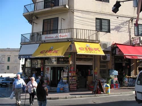 Kleine Geschäfte an den Hauptverkehrsstraßen haben oft die ganze Nacht geöffnet - Preise sind dafür dementsprechend angepasst.