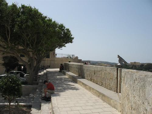 Von diesem Platz genießt man einen herrlichen Blick über Malta.