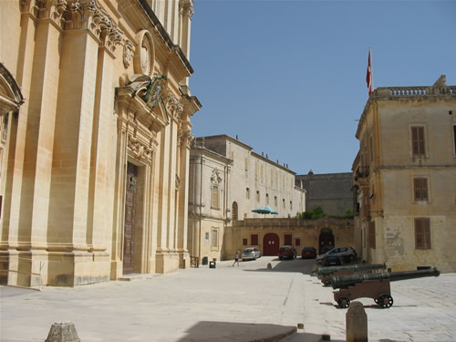 Kanonen vor der großen St. Peter & Pauls Kathedrale in Mdina.