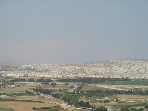 Aussicht auf Mosta, Malta. Schön zu erkennen ist der Dom mit der großen Kuppel.