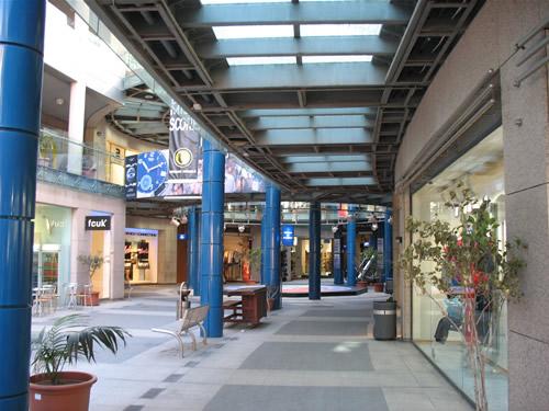 Im BayStreet Shopping Complex. Auf 3 Etagen verteilen sich Bars, Geschäfte, Restaurants, etc.