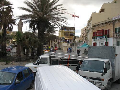 Spinola Bay in St. Julians - Malteser bei den Partyvorbereitungen für die Parlamentswahl