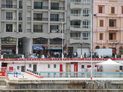St. Julians Bar am Ballutta Bay nahe Sliema - auch hier wird schon gefeiert (Wahlausgang unbekannt)