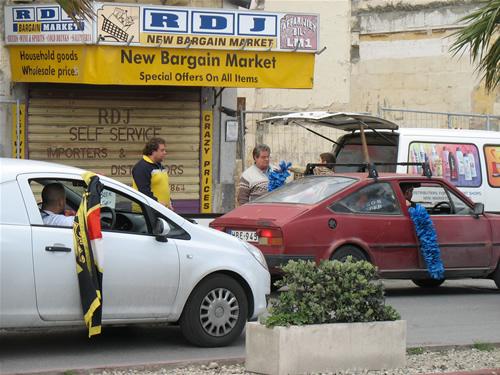 Kleiner Händler in Sliema - Flaggen hängen aus den Fenstern der Malteser