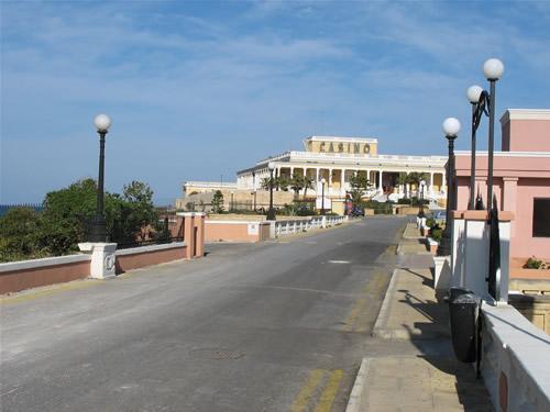 Anfahrtsstraße zum Dragonara Casino - einem der größten Casinos auf den Maltesischen Inseln. Es befindet sich auf einer Halbinsel und ist von vier Seiten mit Wasser umgeben.