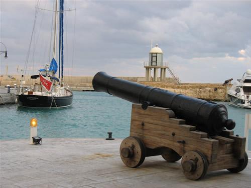 Eine alte Kanone steht auf der Promenade im Yach Hafen von Portomaso.