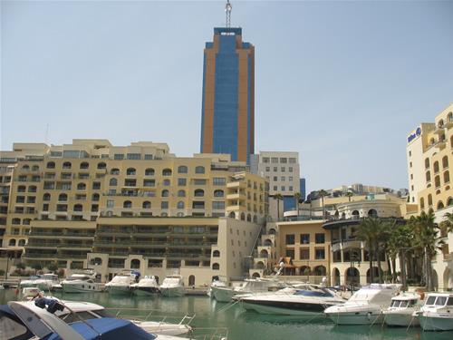 Partomaso Tower, auch als Hilton Tower bekannt, und der Partomaso Wohncomplex.