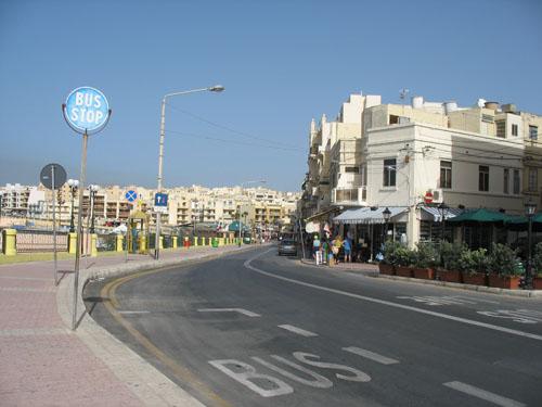 Hauptstraße entlang der Promenade und dem Meer