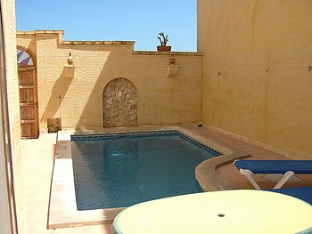 Haus in Qala mit Pool