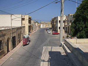 Straße vor dem Gebäude